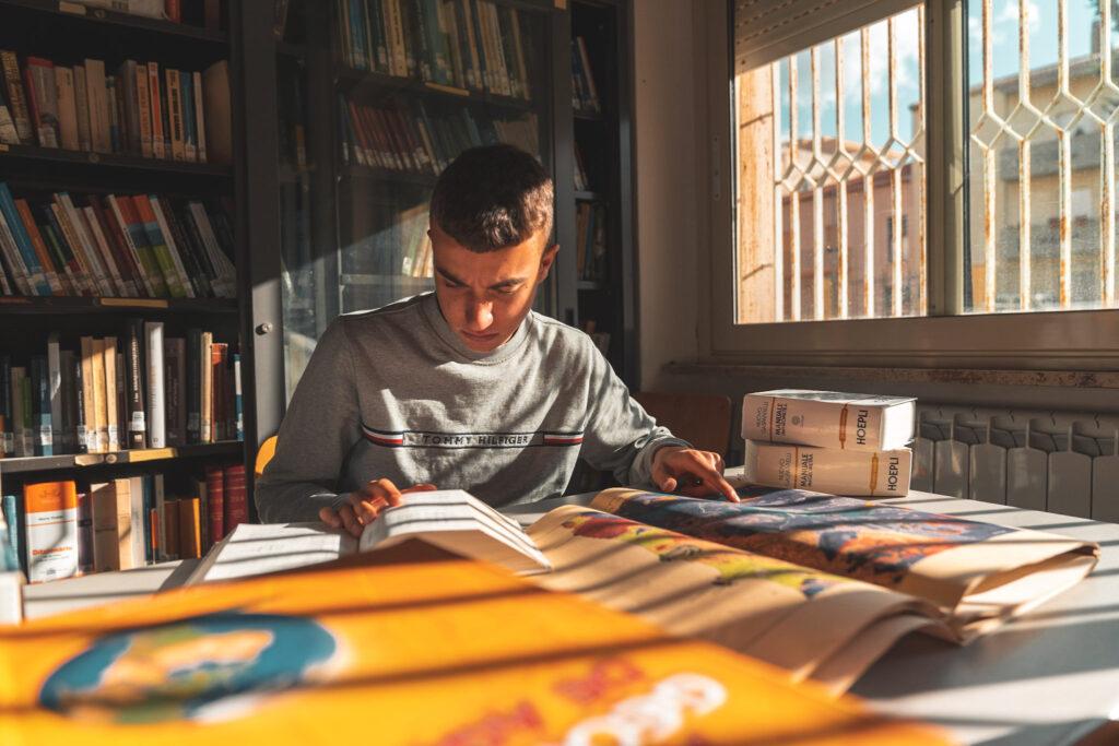 STUDENTE-ROTH-LEGGE-MANUALE-GEOMETRA